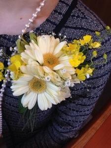 卒業式は生花のコサージュ